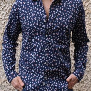 Camicia blu con stampe