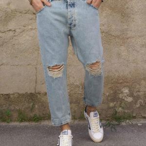 Jeans corto con strappi