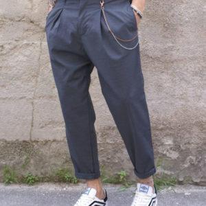 Pantalone grigio pinces e catena
