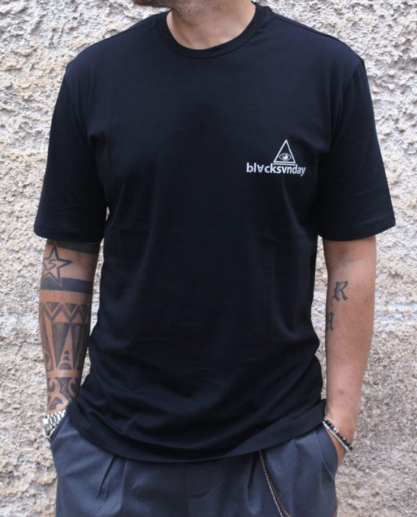 T-shirt nera con stampa fronte