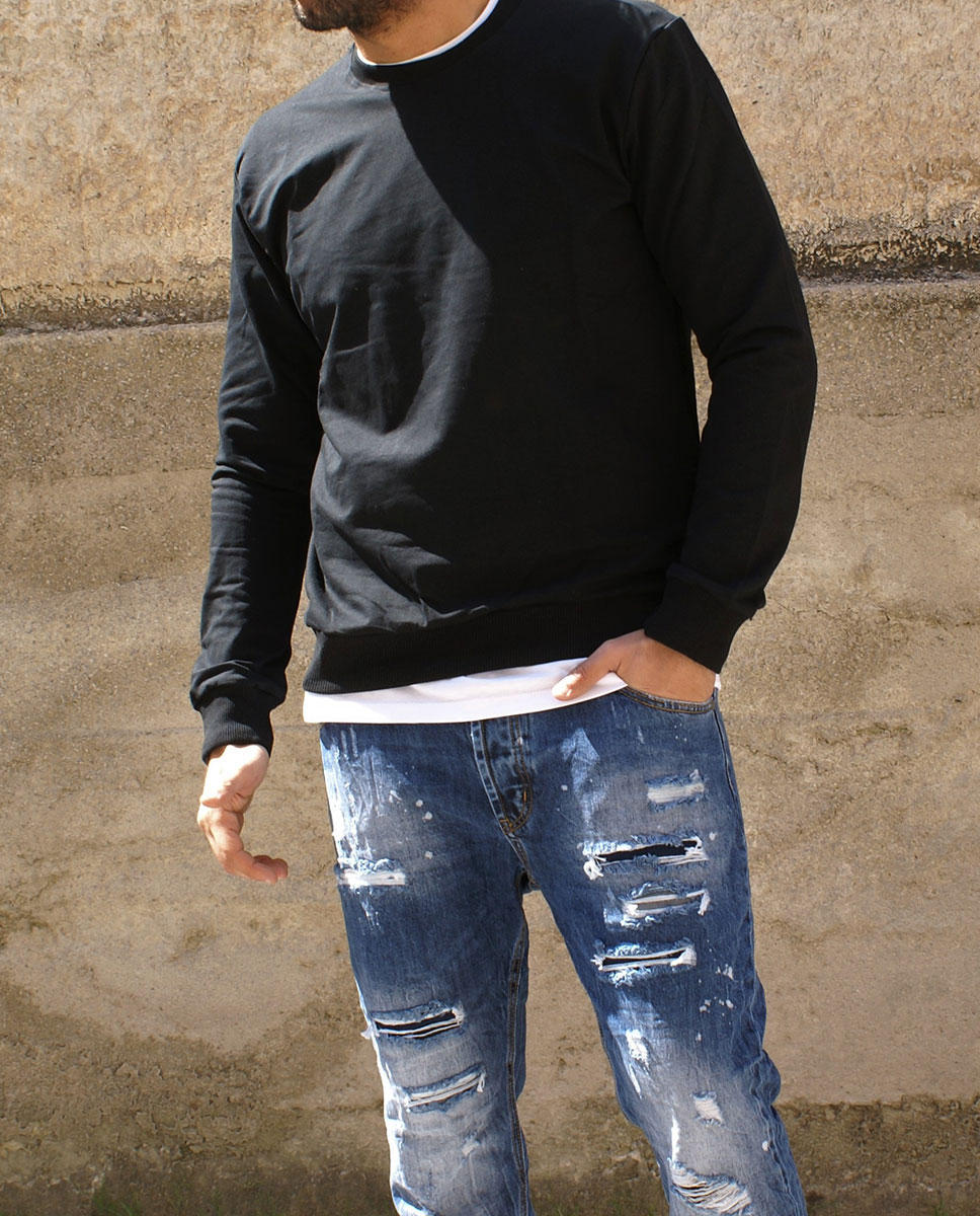 maglia blu e jeans strappi