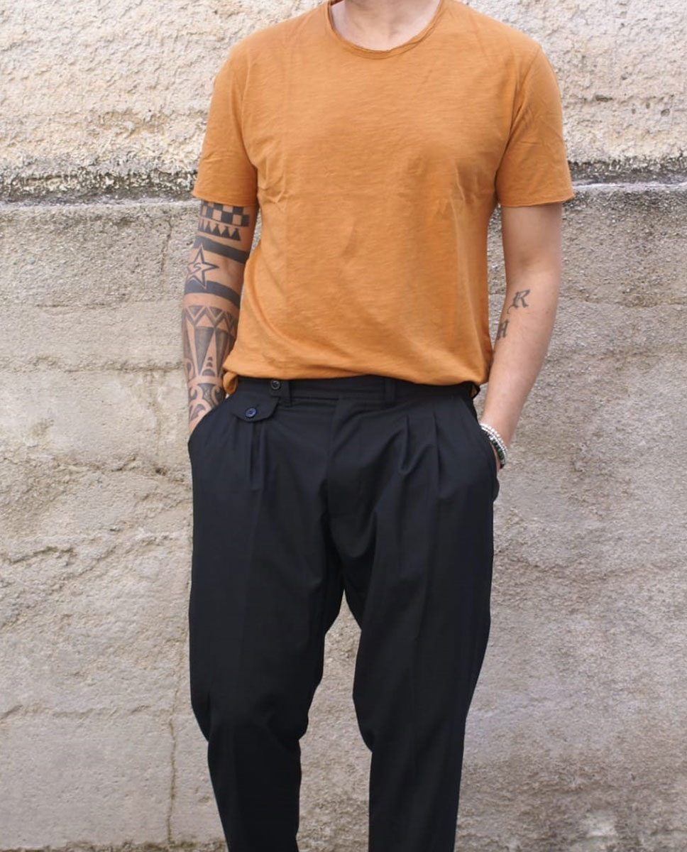 tshirt ocra pantalone blu