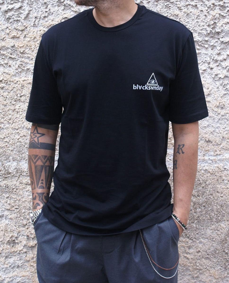 tshirt nera con pantalone